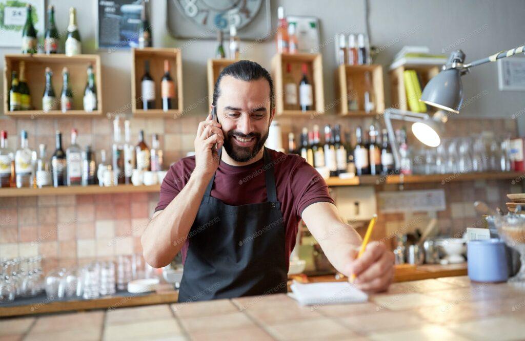 Barman haciendo el pedido semanal