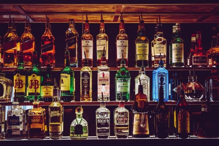 el inventario en la barra de un bar