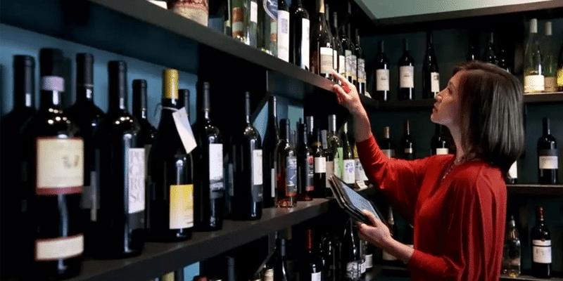 Camarera contando el inventario de un bar