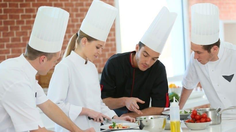 cocineros mejorando los costos de un restaurante
