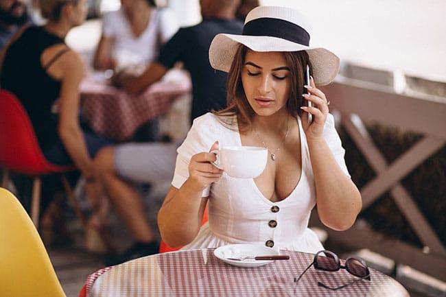 chica joven tomando café en un bar