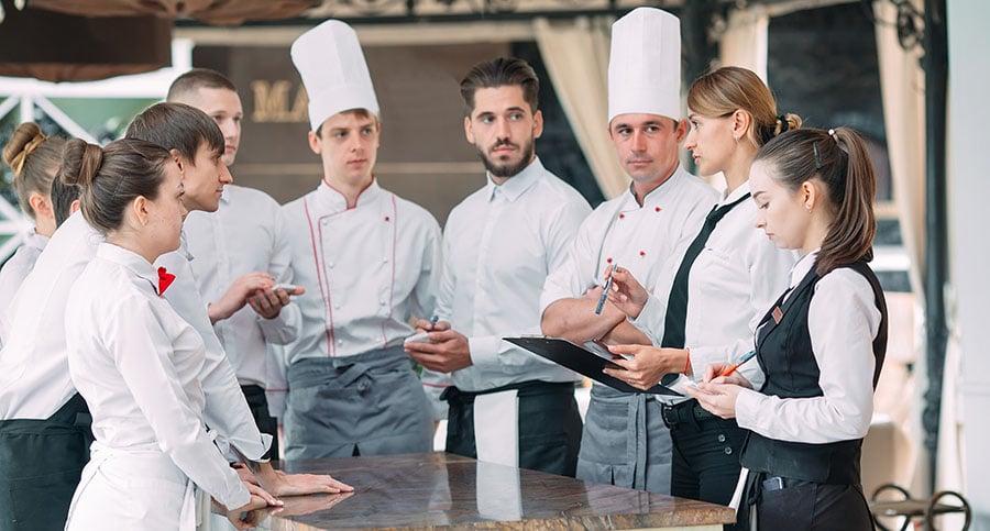 jefe de sala haciendo un briefing en el restaurante