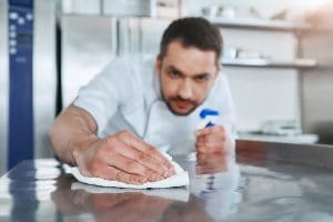 Trucos para limpiar una plancha de cocina