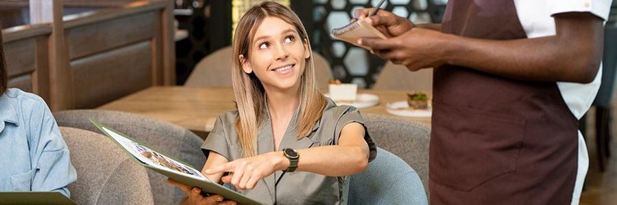 Cómo enseñar al personal de un restaurante a vender más